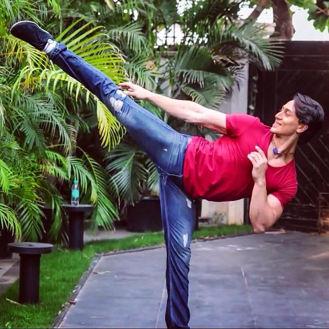 tiger-shroff-kick-pose